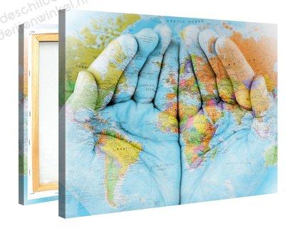 Schilderij Wereldkaart in Handen (100x75cm)